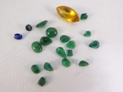 Lot de pierres sur papier comprenant 16 émeraudes,...