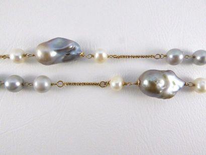 Sautoir en vermeil (925 millièmes) parsemé de perles de culture baroques de différentes...