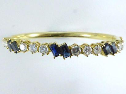 Bracelet semi-rigide en or 18k (750 millièmes)...