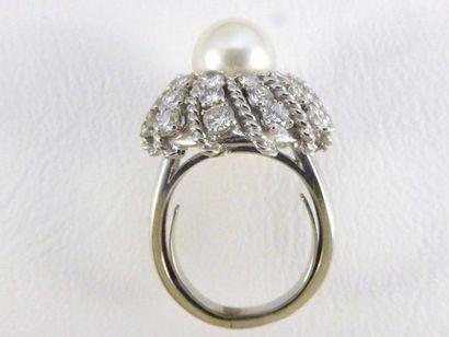 Bague en or gris 18k (750 millièmes) ornée d'une perle de culture d'environ 9 mm...