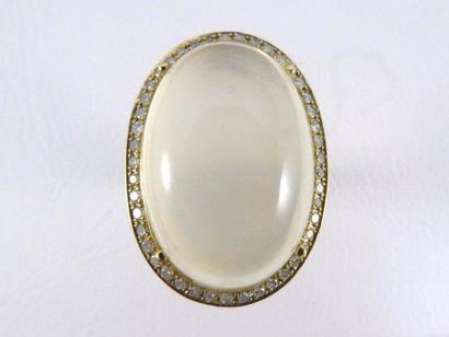 Bague en or jaune 18k (750 millièmes) sertie d'une pierre de lune cabochon entourée...