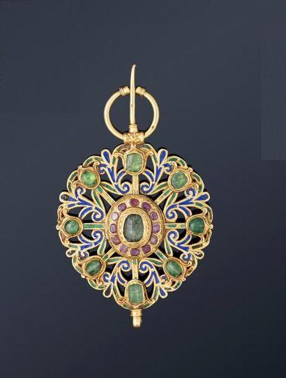 Fibule de Meknès  en or jaune ajouré et émaillé,...