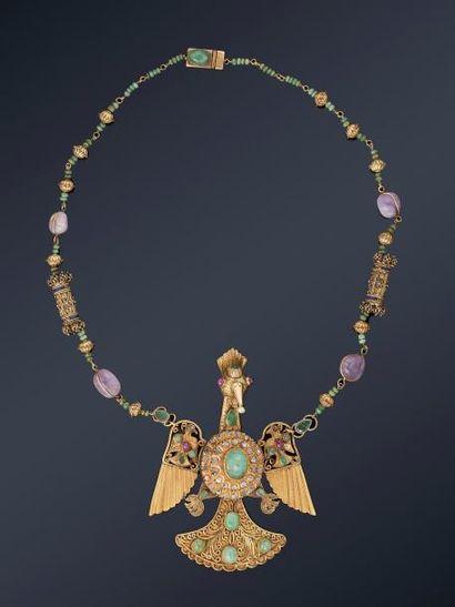 Pendentif à l'oiseau et son collier  en or...
