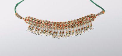 Collier moghol  composé d'éléments articulés en or fourré sertis de cabochons d'émeraudes...