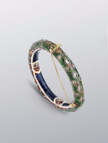 Bracelet moghol  en or jaune émaillé vert...