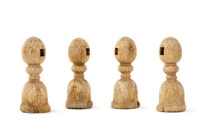 Quatre ornements moghols  en ivoire sculpté...