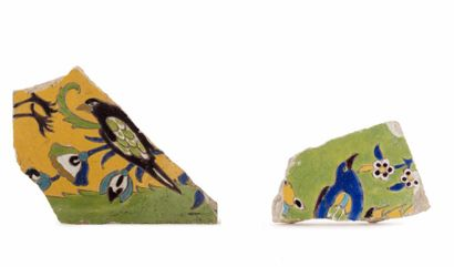 Deux fragments de carreau safavide  en céramique...