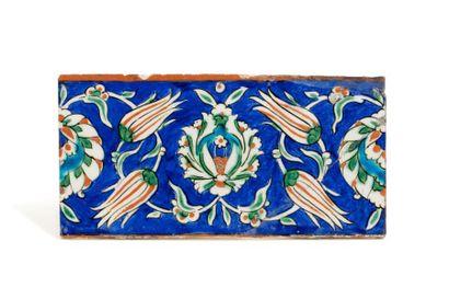 Carreau d'Iznik vers 1580  en céramique siliceuse...
