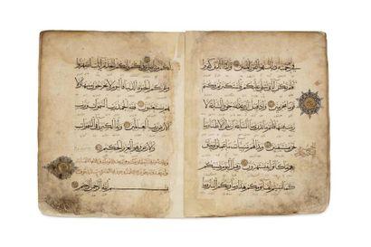 Neuf feuillets de Coran  sur papier beige,...