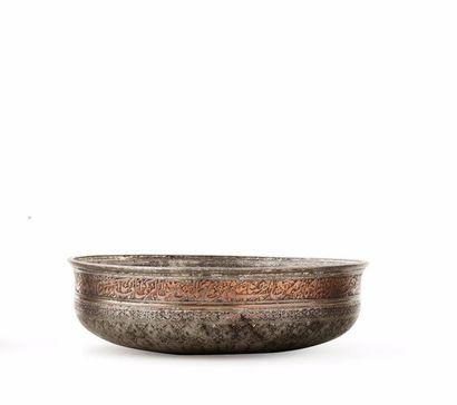 Coupe safavide du XVIIe siècle  en cuivre...