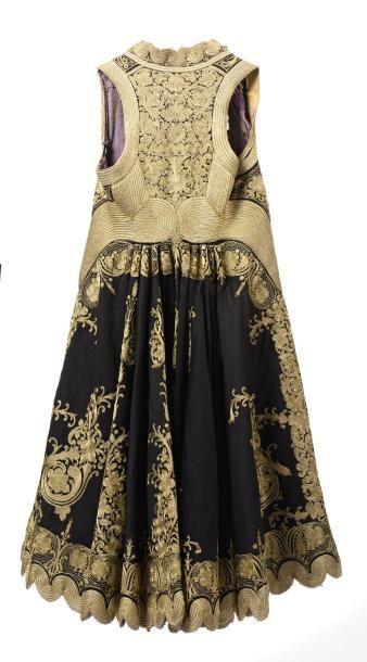 Robe ottomane  richement brodée de fils d'or...