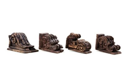 Quatre corbeaux sculptés mudéjars  en bois...