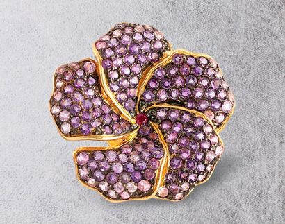 Bague fleur en vermeil (925 millièmes) sertie de saphirs violets et d'un petit rubis...