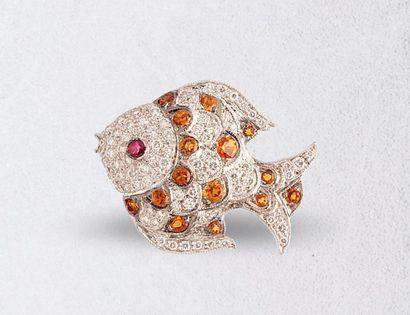 Pin's en or jaune et gris 18k (750 millièmes) représentant un poisson orné de brillants,...