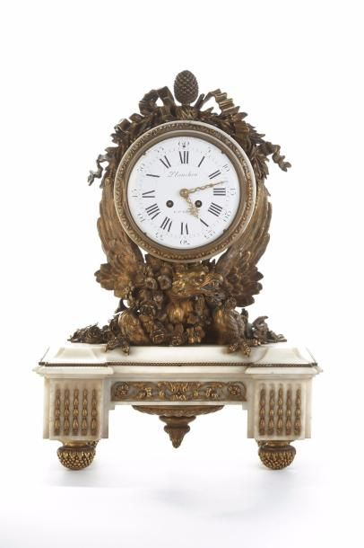 Pendule en bronze et marbre blanc, le cadran...