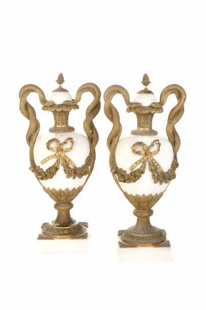 Paire de vases couverts de forme ovoïde en...