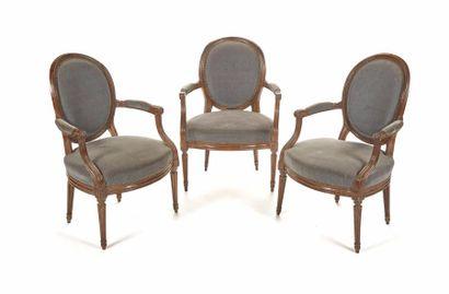 Suite de trois fauteuils à dossier médaillon...