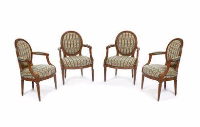 Suite de quatre fauteuils à dossier cabriolet...