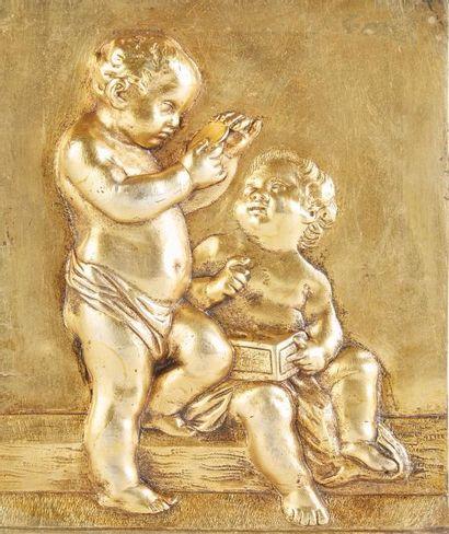 Plaque en bronze doré à décor en relief de...