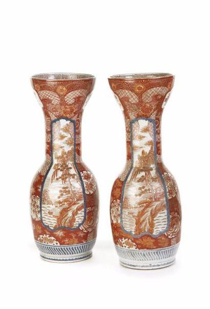 JAPON  Paire de vases de forme balustre à...