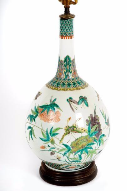 CHINE  Vase bouteille en porcelaine à décor...