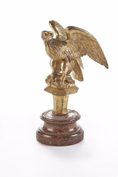 Aigle  Sculpture en bois doré représentant...