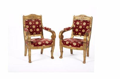 Paire de fauteuils en bois sculpté et doré...