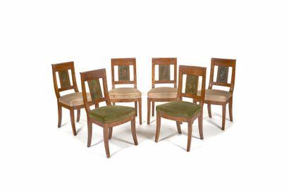 Suite de six chaises en noyer à dossier bandeau...