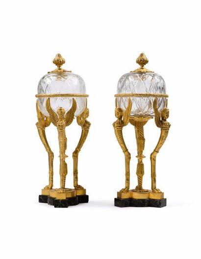 Paire de vases couverts en cristal taillé...