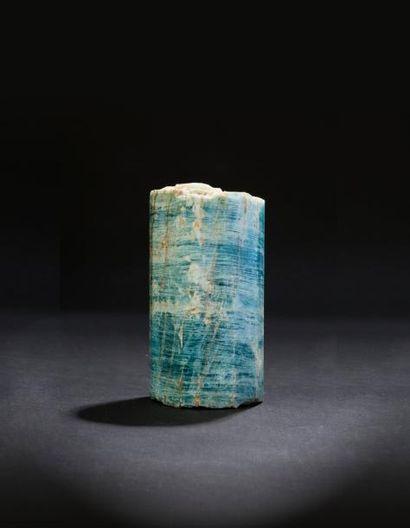 Monumental monocristal de Beryl bleu par endroits gemme et d'un beau bleu.