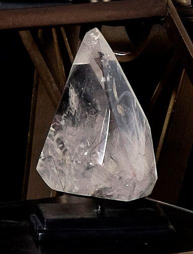 Cristal blanc avec filaments de tourmaline.