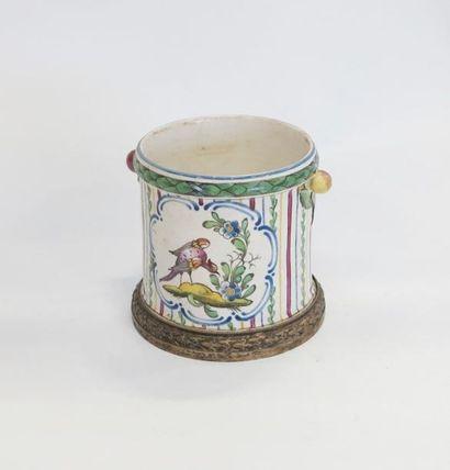 SEAUX: dans le genre de  Petit pot en porcelaine polychrome à décor d'oiseau dans...