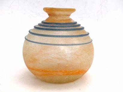Vase boule en verre à filets serpentins bleu....