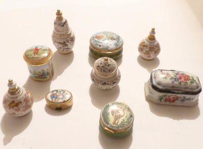 Neuf piluliers en céramique divers