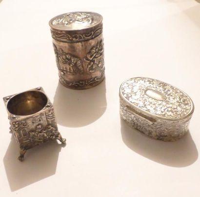 Ensemble en métal argenté :  Une boite cylindrique...