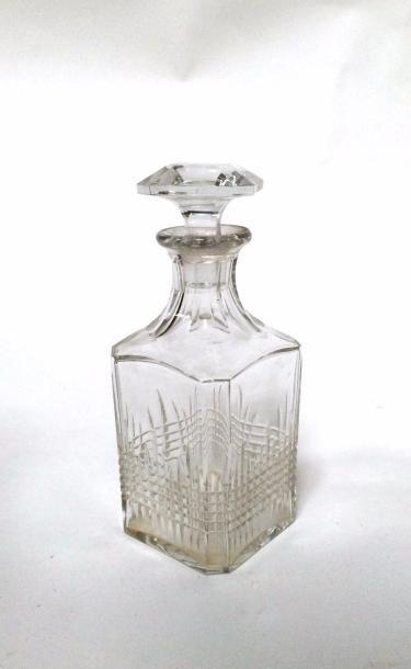 BACCARAT  Carafe en cristal et son bouchon  Signée