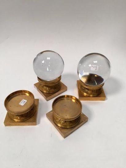 Lot comprenant :  -Deux boules de cristal sur des socles en bronze à décor de raies...