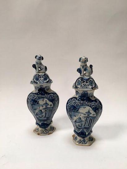 DELFT  Paire de vases, les couvercles à têtes de chiens et pêcheurs  H. 31 cm  Très...