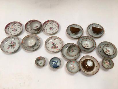 Lot comprenant :  -8 coupelles  -5 sorbets et leur sous-tasses décor capucin  -9...