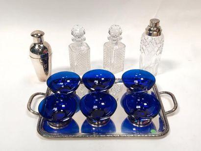 Deux shakers et deux carafons en cristal  27 x 24 x 24 cm  5 coupes bleus sur un...