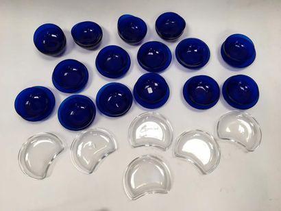 Lot en verre comprenant 19 ramequins bleus, 11 soucoupes identiques    On joint...