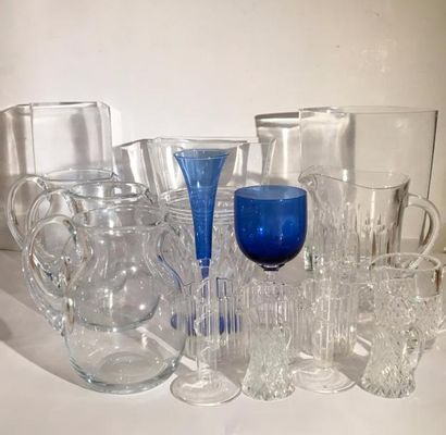 Lot de 3 grands vases, 4 pichets en cristal, un sceau à glace, 3 verres verseurs,...