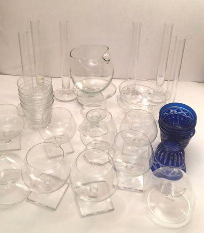 Lot de verrerie et cristal comprenant : 7 vases à cognac, pichet verseur, 6 vases...