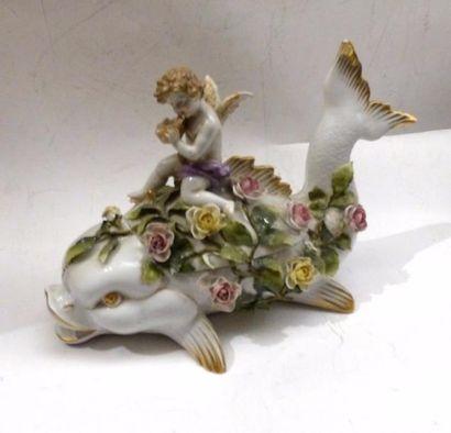 Bombonnière en porcelaine polychrome en forme de poissons chevauché par un angelot...