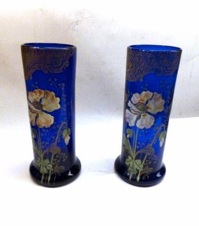 Paire de vases tubulaire en verre bleu à décor émaillé de fleurs  H: 27 cm