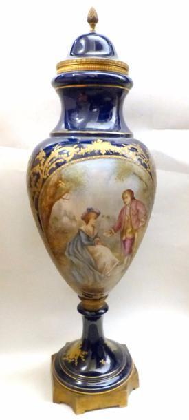 Vase ovoide en porcelaine bleu nuit sur piédouche, à décor de scène galantes en...