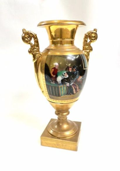 Vase ovoide en porcelaine de style empire...