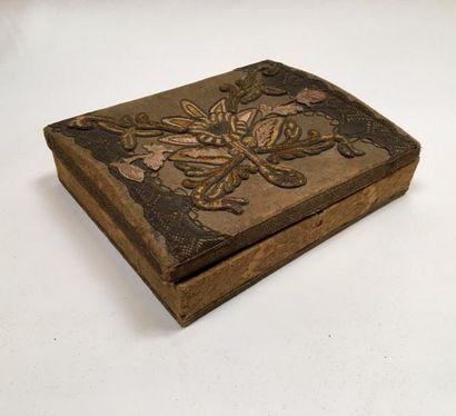 Coffret en tissu et broderie en relief  XIXe...
