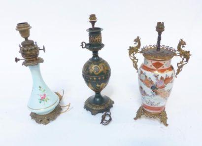 Trois lampes avec abat-jour :  -une en métal...