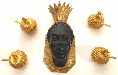 Applique en bronze à tête de femme indigène  On y joint quatre salières et une miniature...